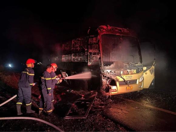 Xe khách giường nằm cháy rụi trên đường  ảnh 1