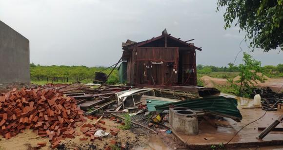 Mưa lớn kèm theo gió lốc gây tốc mái nhiều căn nhà ở Đắk Lắk ảnh 1