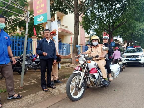 Đắk Lắk: CSGT hỗ trợ kịp thời một thí sinh quên thẻ dự thi ảnh 1