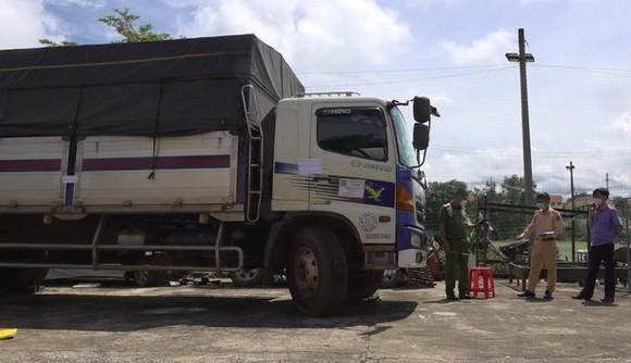 Truy đuổi 100km bắt tài xế xe tải tông gãy nhiều barie, vượt chốt kiểm dịch ảnh 2