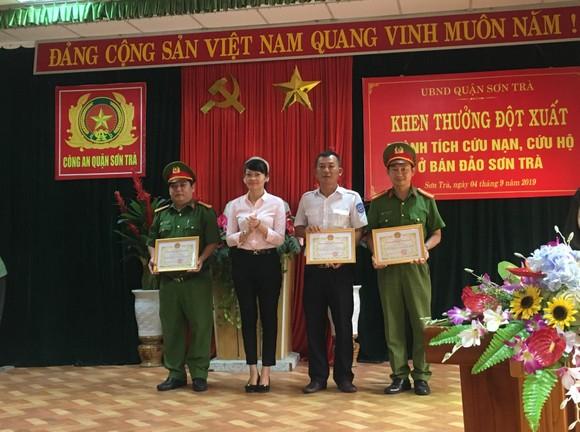Truy tặng bằng khen cho công dân tử nạn trong lúc cứu người tại bán đảo Sơn Trà ảnh 2