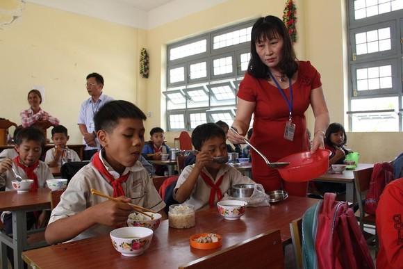 Giáo viên vùng cao nấu cơm trưa miễn phí cho học sinh ảnh 11