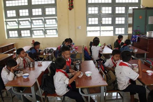 Giáo viên vùng cao nấu cơm trưa miễn phí cho học sinh ảnh 16
