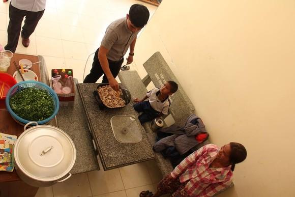 Giáo viên vùng cao nấu cơm trưa miễn phí cho học sinh ảnh 1