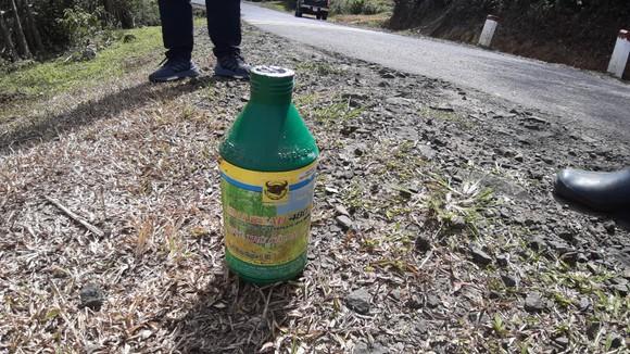 Phát quang cây cỏ 2 bên quốc lộ bằng… thuốc diệt cỏ ảnh 2