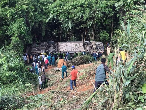 Xe khách lật vực sâu, ít nhất 5 người chết, hàng chục người bị thương ảnh 1