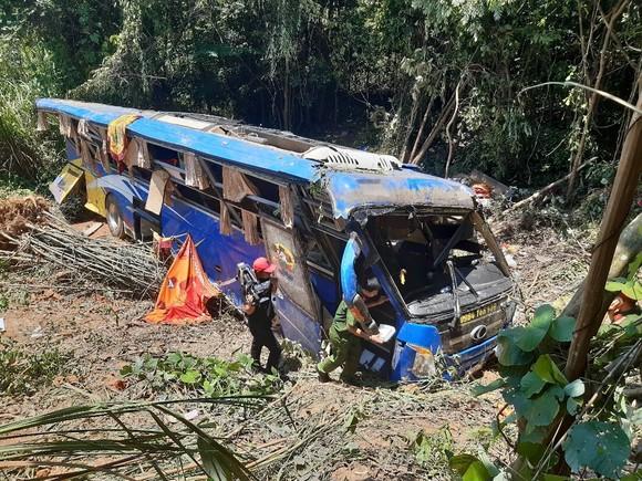 Khởi tố tài xế điều khiển xe khách lao xuống vực làm 6 người chết ở Kon Tum ảnh 1