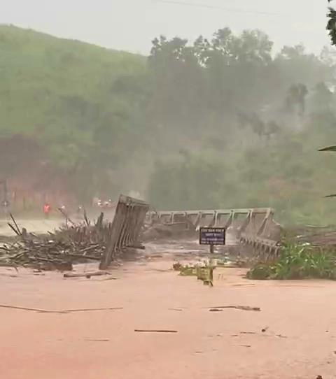 Bắc Tây Nguyên: Cầu bị cuốn trôi, 3 thôn bị cô lập, đã có người chết  ảnh 3