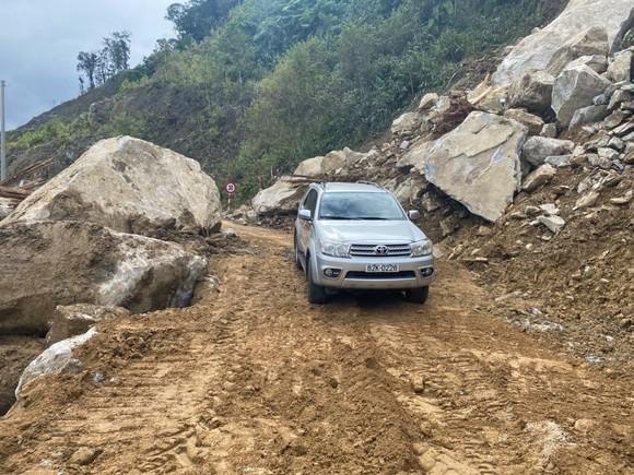 Đã thông xe các tuyến đường bị sạt lở do mưa bão ở Kon Tum ảnh 2