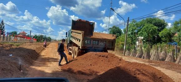 Vụ doanh nghiệp khai thác đất lậu để thi công đường: Đất vi phạm tăng thêm hơn 200m³ ảnh 1
