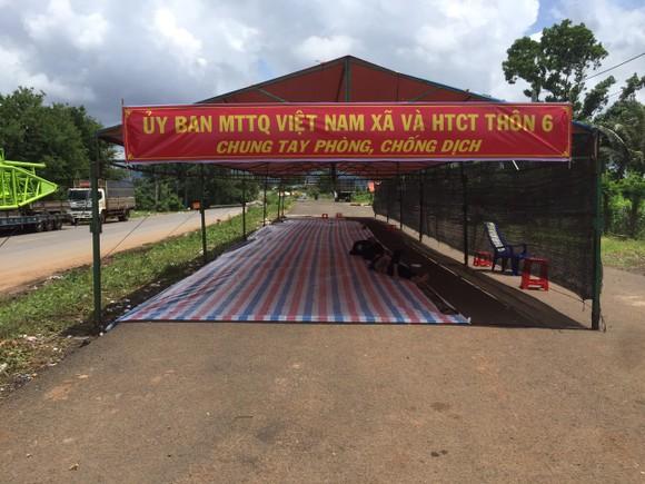 Chính quyền địa phương dựng lều tạm để dân nghỉ ngơi trong khi chờ làm các thủ tục khai báo y tế ở cầu 110