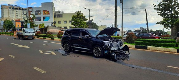 Điều tra các đối tượng tông xe ô tô, nổ súng giữa phố Pleiku  ảnh 1