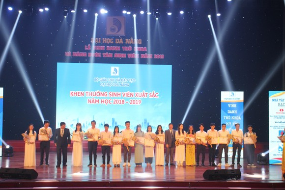 Đà Nẵng vinh danh thủ khoa, nâng bước tân sinh viên năm 2019 ảnh 1
