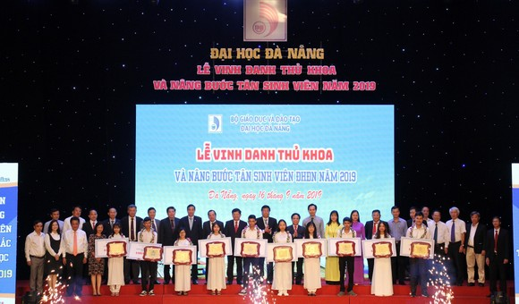 10 thủ khoa của Đại học Đà Nẵng và các trường thành viên được vinh danh