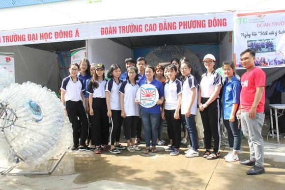 Sinh viên Trường Cao Đẳng Phương Đông Đà Nẵng tạo nên sản phẩm trang trí tái chế từ nhựa