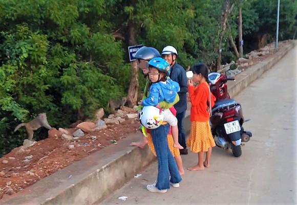 Một nam thanh niên bắt trộm khỉ con tại chùa Linh Ứng ảnh 1
