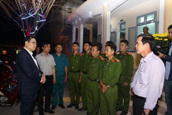 Lãnh đạo TP Đà Nẵng đến thăm, chúc Tết cán bộ, nhân viên thực hiện nhiệm vụ đêm Giao thừa ảnh 1