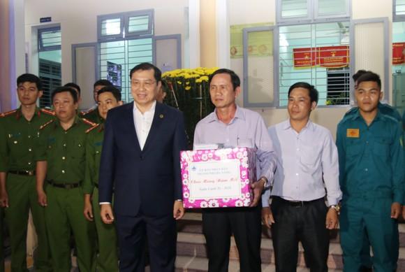 Lãnh đạo TP Đà Nẵng đến thăm, chúc Tết cán bộ, nhân viên thực hiện nhiệm vụ đêm Giao thừa ảnh 3