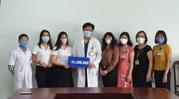 Trao 115 triệu đồng cho các trung tâm y tế và chốt kiểm dịch Covid-19 ảnh 1