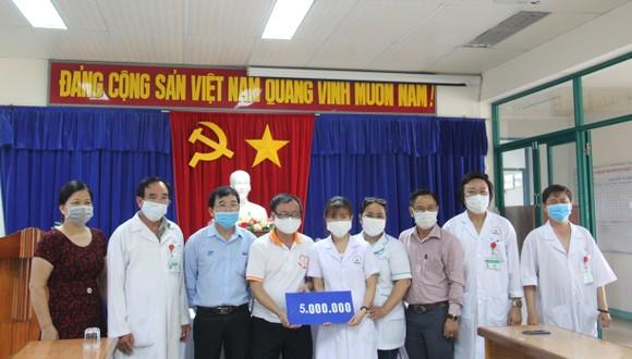 Chương trình trao tặng 10.000.000 đồng cho điểm cách ly tại trung tâm y tế quận Ngũ Hành Sơn