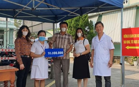 Trao 115 triệu đồng cho các trung tâm y tế và chốt kiểm dịch Covid-19 ảnh 2