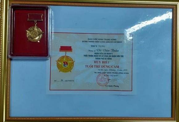 Tặng huy hiệu 'Tuổi trẻ dũng cảm' cho Thượng sĩ Võ Văn Toàn ảnh 2
