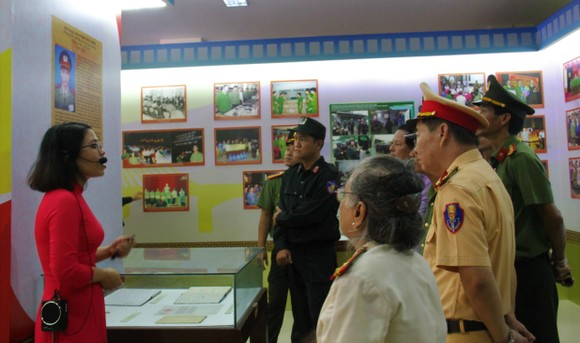 Trưng bày hơn 500 ảnh tư liệu, hiện vật tại triển lãm '75 năm Công an nhân dân' ảnh 3