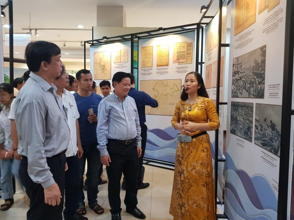 """Triển lãm """"Đô thị biển Đà Nẵng qua tài liệu lưu trữ"""" thu hút nhiều người dân và du khách"""