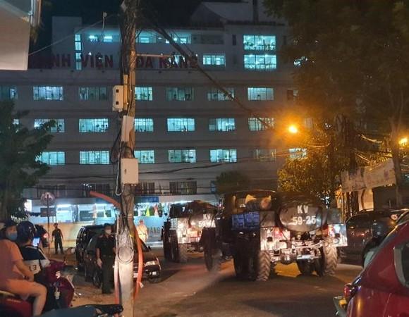 Phun hóa chất tại Bệnh viện C và Bệnh viện Đà Nẵng phòng chống Covid-19 ảnh 2