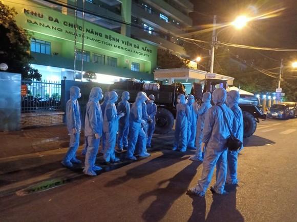 Phun hóa chất tại Bệnh viện C và Bệnh viện Đà Nẵng phòng chống Covid-19 ảnh 5