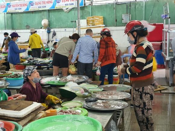 Người dân Đà Nẵng đổ xô mua hàng tích trữ dù hàng hóa không khan hiếm ảnh 4