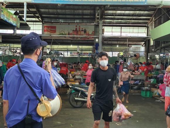 Người dân Đà Nẵng đổ xô mua hàng tích trữ dù hàng hóa không khan hiếm ảnh 6