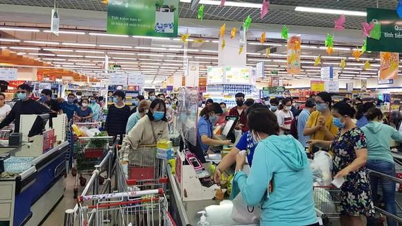 Người dân Đà Nẵng đổ xô mua hàng tích trữ dù hàng hóa không khan hiếm ảnh 1