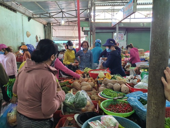 Người dân Đà Nẵng đổ xô mua hàng tích trữ dù hàng hóa không khan hiếm ảnh 5
