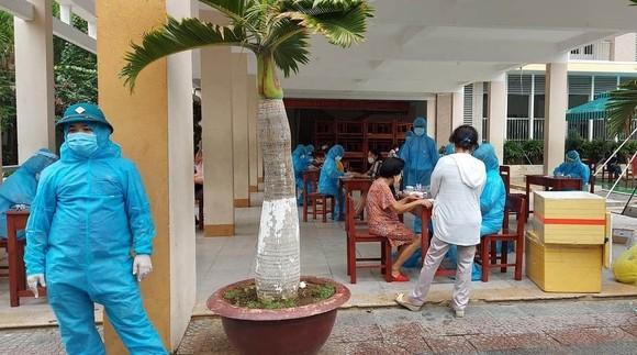 Nhân lực thực hiện lấy mẫu xét nghiệm là toàn bộ nhân lực ngành y tế Đà Nẵng với nòng cốt là Trung tâm Kiểm soát bệnh tật (CDC) TP Đà Nẵng