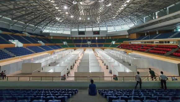 Bệnh viện dã chiến đặt tại Cung thể thao Tiên Sơn cơ bản hoàn thành phần lắp đặt khung, giường, sàn nhà
