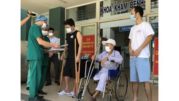 Các bệnh nhân nhận giấy ra viện tại Bệnh viện dã chiến Hoà Vang