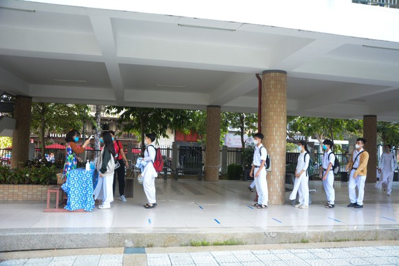 Học sinh Đà Nẵng đi học trở lại sau thời gian giãn cách do Covid-19 ảnh 7