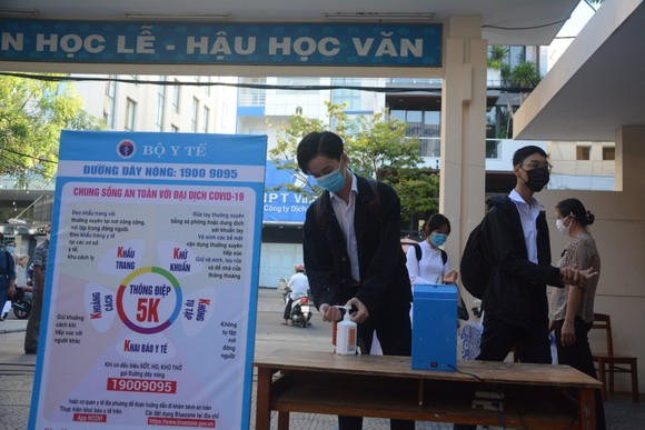 Học sinh Đà Nẵng đi học trở lại sau thời gian giãn cách do Covid-19 ảnh 10