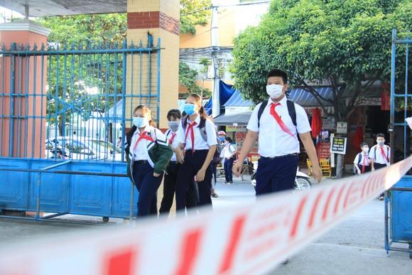 Học sinh Đà Nẵng đi học trở lại sau thời gian giãn cách do Covid-19 ảnh 1
