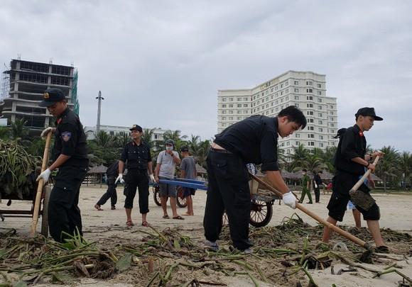 Đà Nẵng thu gom hơn 1.300 tấn rác phát sinh do bão số 5 ảnh 1