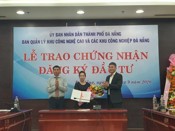 Đại diện lãnh đạo thành phố Đà Nẵng trao giấy chứng nhận đăng ký đầu tư cho nhà đầu tư