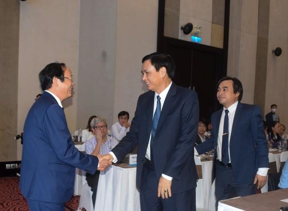 Ông Võ Tuấn Nhân, Thứ trưởng Bộ TNMT bắt tay gặp mặt ông Trần Văn Miên, Phó Chủ tịch UBND TP Đà Nẵng