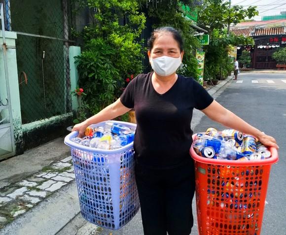 Hàng tuần, không quản ngại mưa nắng, bà Lý đi khắp khu dân cư, gọi cửa từng nhà, thậm chí vào tận bếp để thu gom rác từ chai nhựa, vỏ lon, báo, giấy,...
