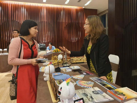 Du khách tìm hiểu về những gói sản phẩm du lịch tại 3 địa phương