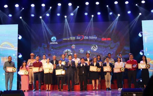 21 cá nhân, tập thể tiêu biểu được UBND TP Đà Nẵng trao biểu trưng của TP Đà Nẵng, báo Tuổi Trẻ trao giấy chứng nhận và quà tặng