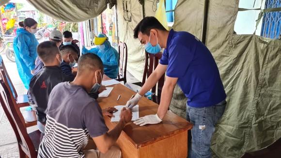 Đà Nẵng: Lập chốt chặn phòng dịch, người dân an tâm đón tết ảnh 3