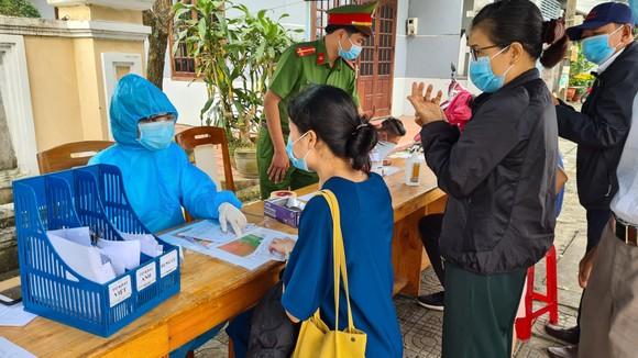 Đà Nẵng: Lập chốt chặn phòng dịch, người dân an tâm đón tết ảnh 4