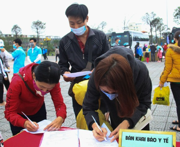 Đà Nẵng hỗ trợ xe đưa 3.000 lao động về quê đón tết ảnh 2
