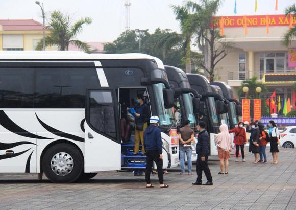 Đà Nẵng hỗ trợ xe đưa 3.000 lao động về quê đón tết ảnh 1